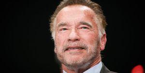 Arnold Schwarzenegger, brutalmente agredido por la espalda con una patada voladora