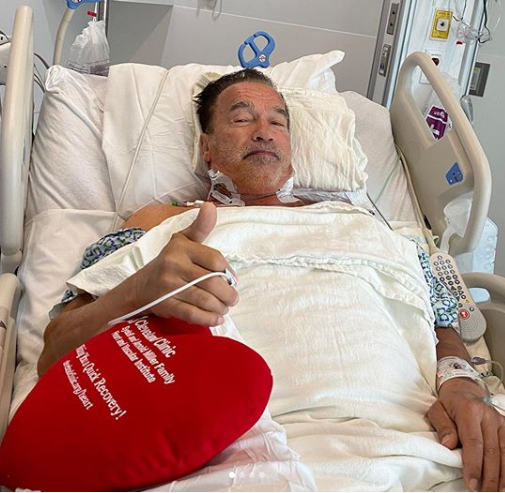arnold schwarzenegger saluda desde el hospital tras una operación