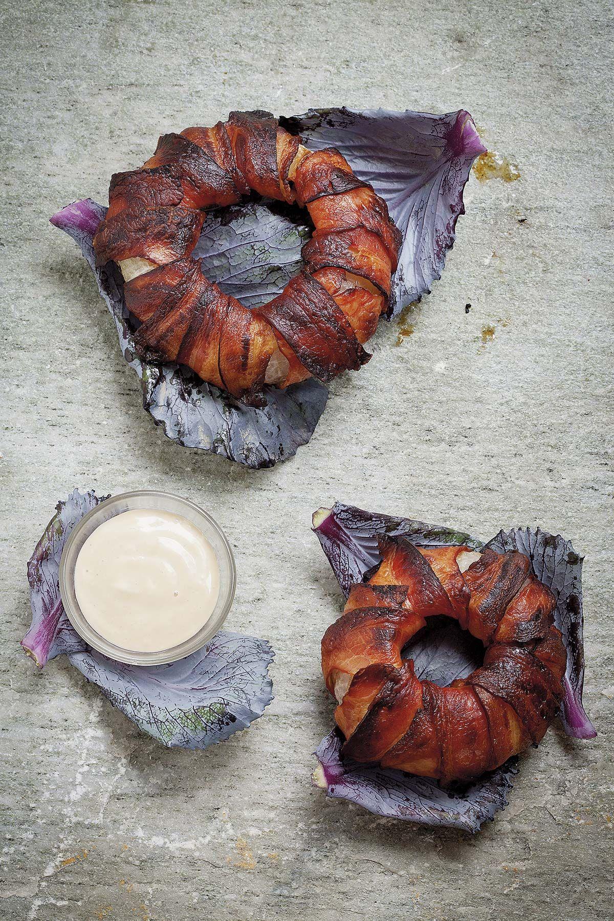 Aros de cebolla con beicon y salsa