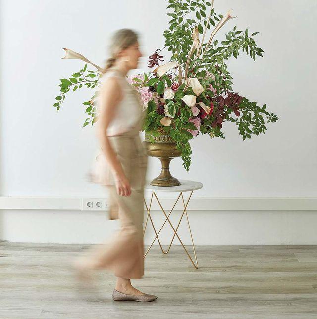 arreglo floral en copa, de la florista española ana belén rodríguez