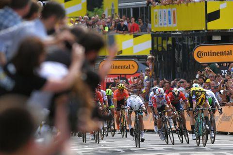Etappe 1: Mike Teunissen wint in Brussel en pakt de gele trui