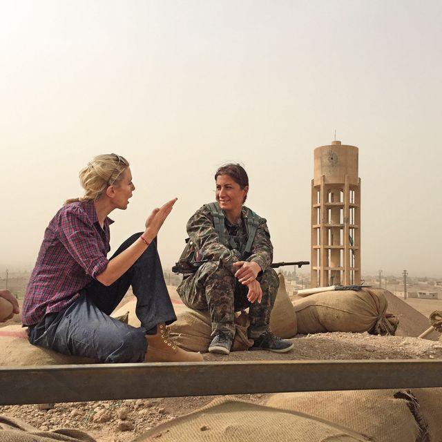 clarissa ward with a kurdish female fighter in north eastern syria in 2015