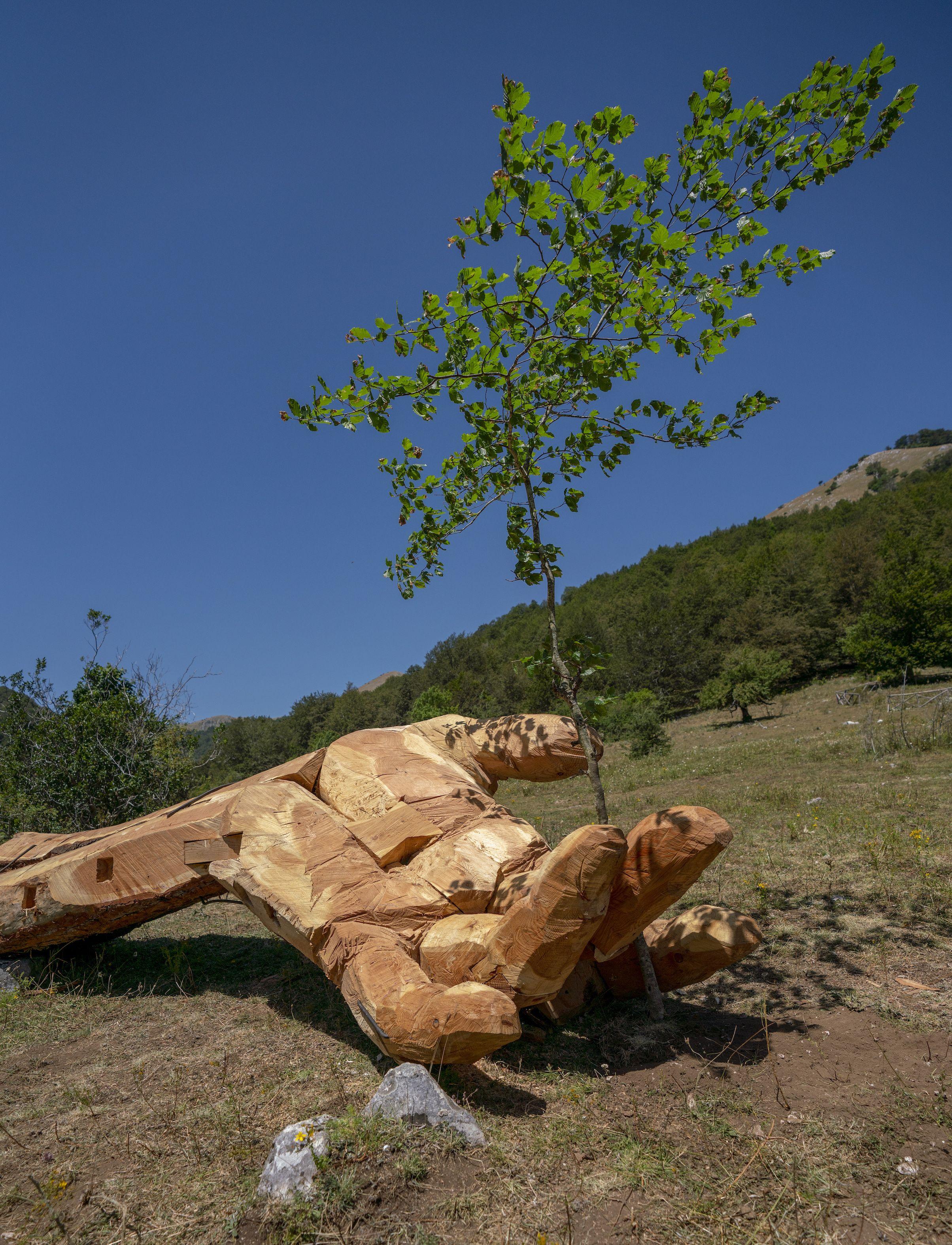 La mano gigante da vedere in uno dei parchi più belli d'Italia, in Abruzzo