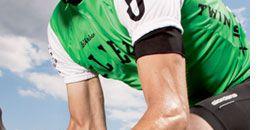 Leg, Finger, Human leg, Sports uniform, Sportswear, Jersey, Shoe, Elbow, Joint, Bicycle clothing,