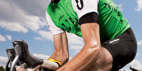 Sports uniform, Sportswear, Human leg, Shoe, Elbow, Cycling shorts, Personal protective equipment, Jersey, Sports gear, Bicycle jersey,