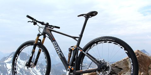 Bicycle tire, Tire, Bicycle wheel, Wheel, Bicycle frame, Bicycle wheel rim, Bicycle fork, Mode of transport, Bicycle part, Spoke,