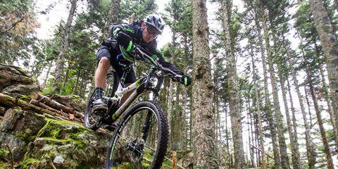 Bicycle wheel, Tire, Bicycle frame, Wheel, Bicycle tire, Mountain bike, Bicycle fork, Downhill mountain biking, Mountain biking, Sports equipment,