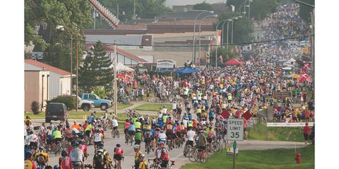 Crowd, People, Bicycle frame, Bicycle tire, Bicycles--Equipment and supplies, Community, Pole, Plain, Bicycle wheel, Endurance sports,
