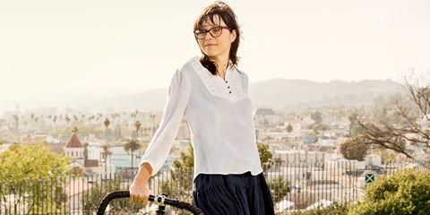 Bicycle tire, Bicycle frame, Bicycle handlebar, Bicycle fork, Sleeve, Bicycle wheel, Shoulder, Bicycle part, Bicycle wheel rim, Bicycle,