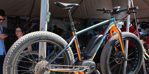 Bicycle tire, Tire, Wheel, Bicycle wheel rim, Bicycle frame, Bicycle wheel, Bicycle fork, Bicycle part, Spoke, Crankset,