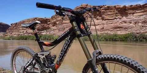 Tire, Bicycle tire, Wheel, Bicycle frame, Bicycle wheel, Bicycle fork, Bicycle wheel rim, Mountain bike, Bicycle part, Bicycle handlebar,