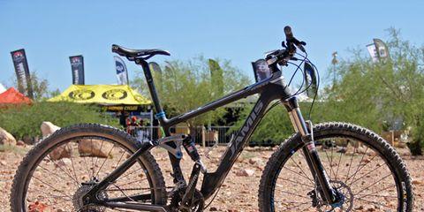 Bicycle tire, Tire, Bicycle wheel, Bicycle frame, Wheel, Bicycle wheel rim, Bicycle fork, Bicycle handlebar, Bicycle part, Spoke,