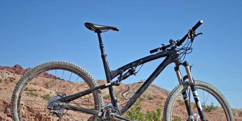 Tire, Bicycle tire, Wheel, Bicycle wheel, Bicycle frame, Bicycle wheel rim, Bicycle fork, Bicycle part, Bicycle handlebar, Spoke,