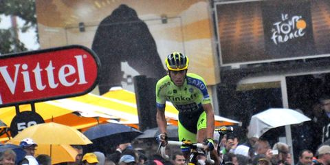 Bicycle helmet, Helmet, Bicycles--Equipment and supplies, Umbrella, Bicycle clothing, Headgear, Endurance sports, Bicycle jersey, Sports gear, Crowd,