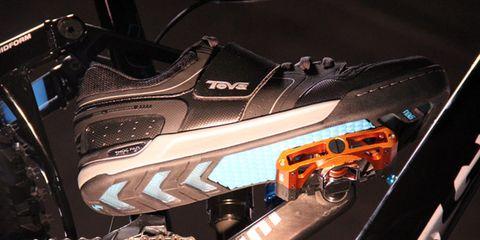 Machine, Synthetic rubber, Walking shoe, Outdoor shoe, Carbon,