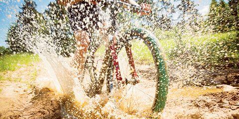 Bicycle tire, Soil, Bicycle, Sunlight, Bicycle frame, Bicycle wheel rim, Bicycle handlebar, Bicycle wheel, Bicycle fork, Cycle sport,