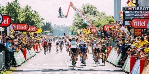 Cavendish wins stage 1