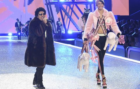Bruno Mars Mocked For His Height At Victoria's Secret ...