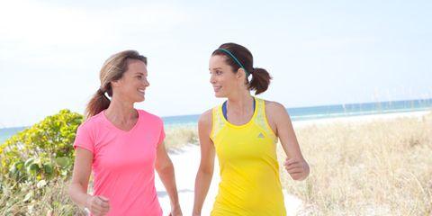 Sportswear, Sleeveless shirt, Leisure, Happy, People in nature, Active pants, Waist, Summer, Active tank, Vacation,