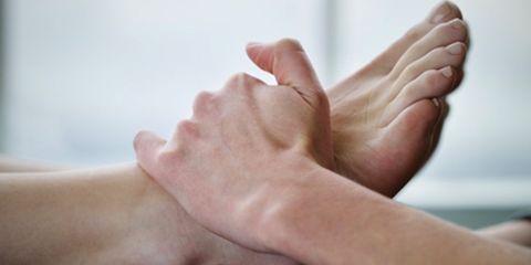 Finger, Toe, Skin, Joint, Human leg, Barefoot, Nail, Foot, Comfort, Close-up,