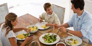 healthy habits for kids; family eating dinner