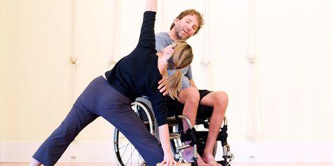 Leg, Human leg, Shoe, Sitting, Knee, Comfort, Thigh, Bicycle tire, Bicycle wheel rim, Suit trousers,