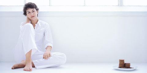 Comfort, Sitting, Barefoot, Knee, Foot, Linens, Daylighting, Ankle, Finger food, Nightwear,