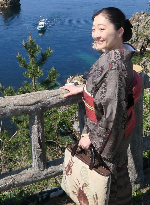唐花模様の泥大島紬に浮花織の博多帯をお召しの朝香さん