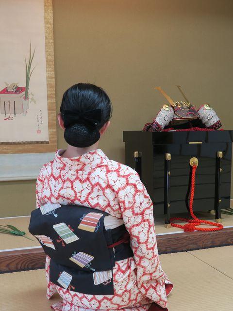 毘沙門亀甲文様の茜染の着物に鎧縅の織なごや帯をお召しの朝香さん後ろ姿