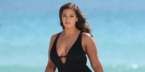 Ashley Graham con un bañador de su colección Swimsuits for All