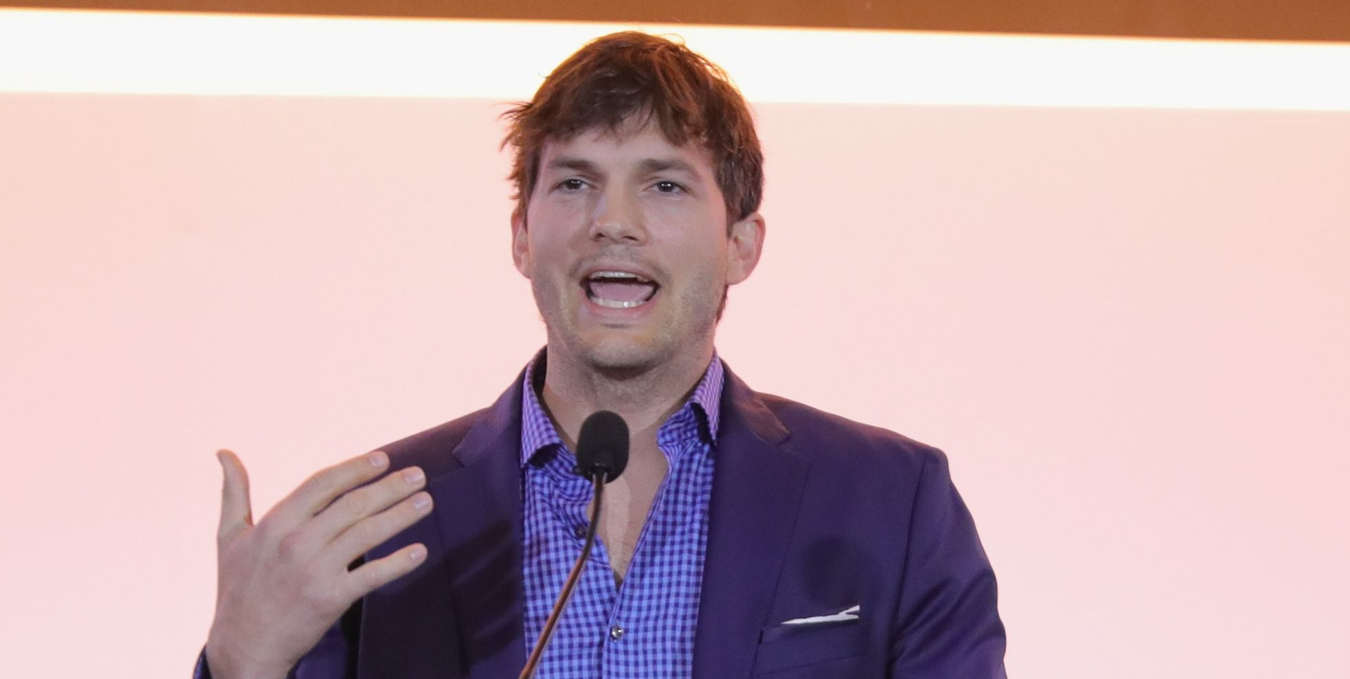 Ashton Kutcher Apologi...