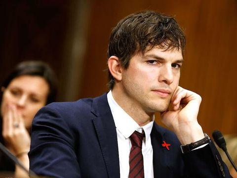 Ashton Kutcher oggi è il nuovo George Clooney (ovvio, lo amiamo)