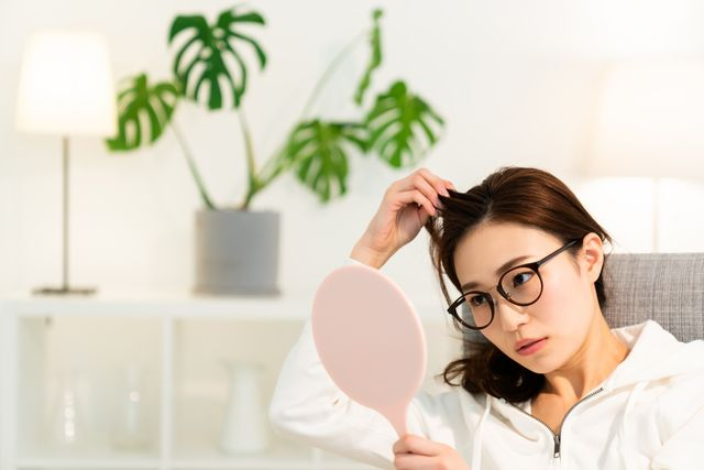asian woman to see a mirror,hair care,