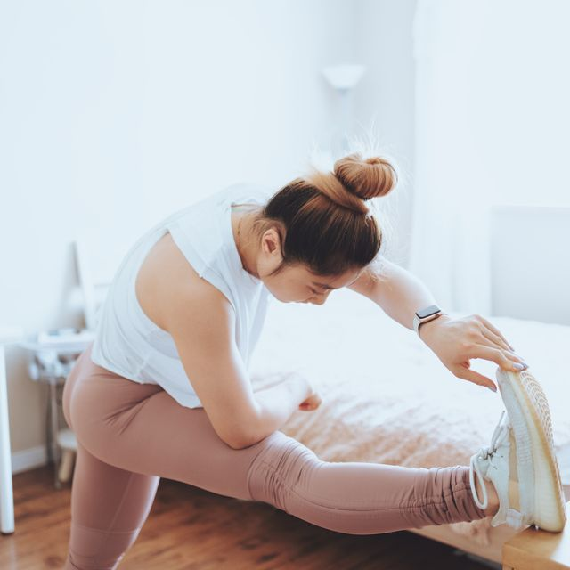 mujer estirando en casa