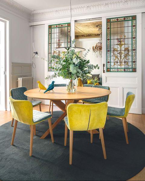Comedor con mesa redonda y sillas TEA