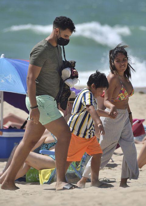 chabelita, su novio y su hijo vuelven a casa tras un día en la playa