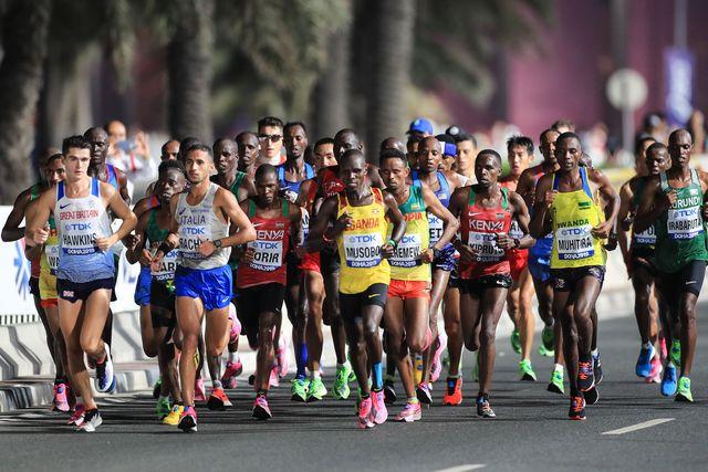 varios corredores corren el maratón del último mundial de doha 2019