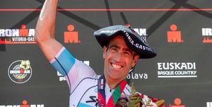 Eneko Llanos celebra el triunfo en el Ironman de Vitoria
