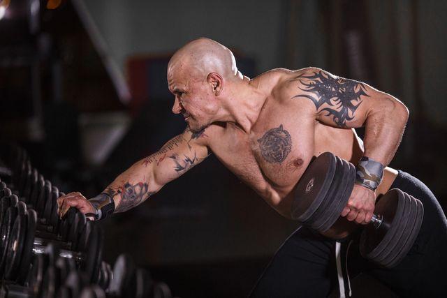 hombre haciendo deporte con tatuajes