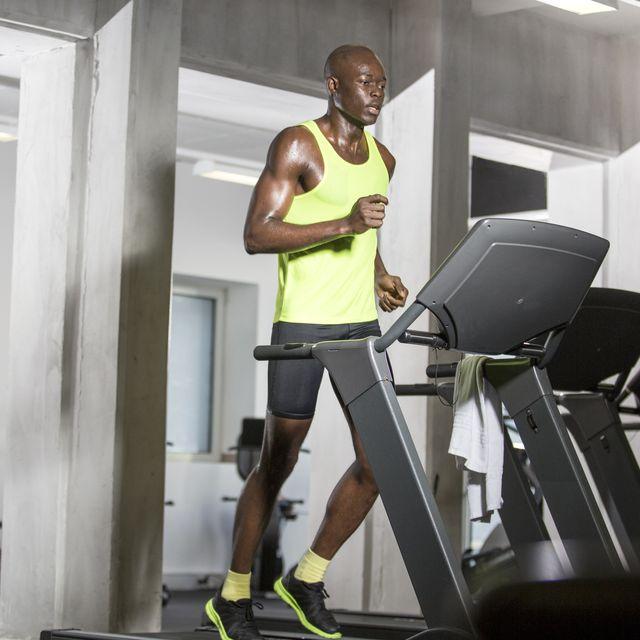 Atleet draait op loopband in de sportschool 10 Beste Loopbanden Voor Thuis Gebruik Die Je Kunt Kopen