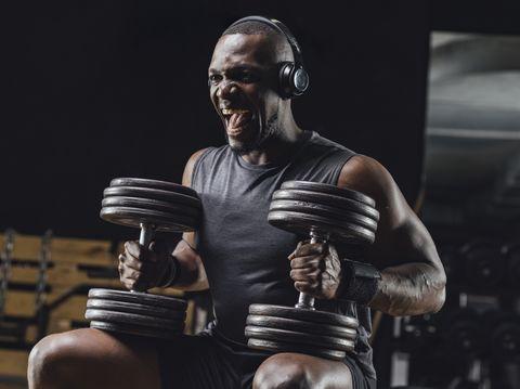 Athlète s'entraînant avec des haltères dans une salle de sport, hurlant