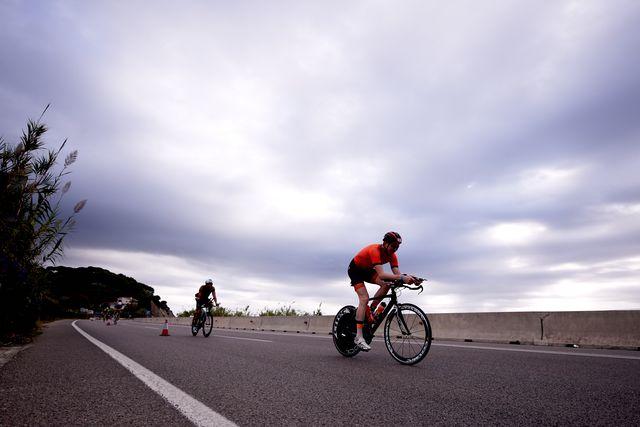 dos ciclistas compiten en una prueba de ironman