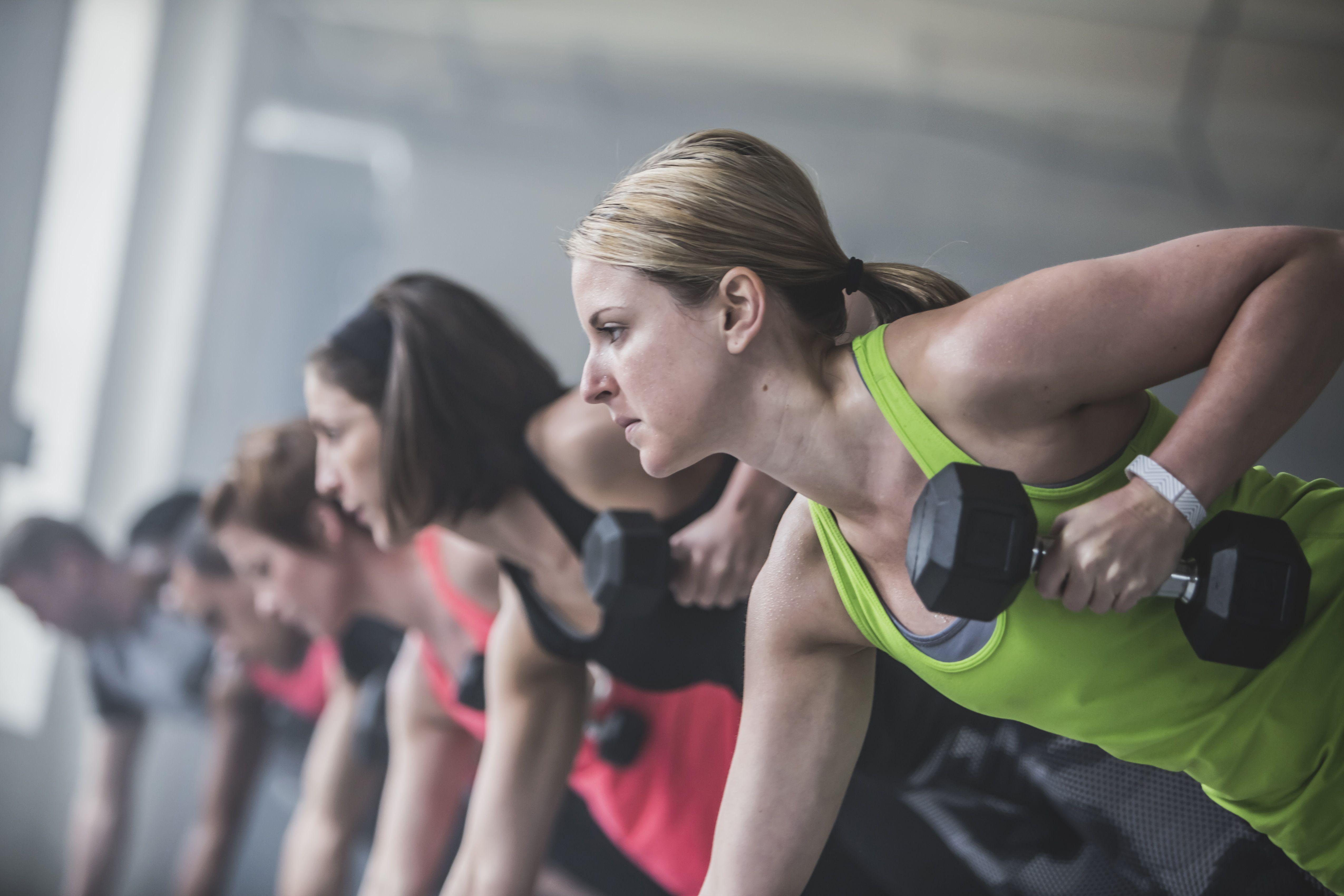 sportlased, kes teevad tõukeid ja tõstavad raskusi