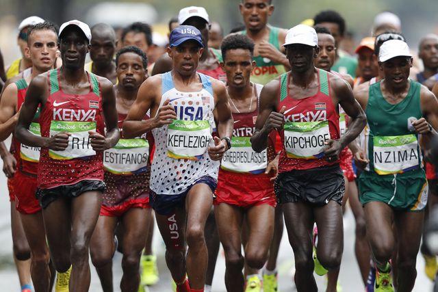 eliud kipchoge lidera el grupo en el maratón olímpico de río 2016