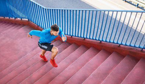 Man rent een trap omhoog