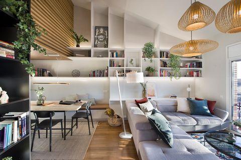 salón abierto al comedor y a la terraza de diseño contemporáneo decorado con lámparas de fibras