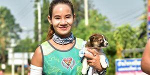 Khemjira Klongsanun y el perrito encontrado durante el maratón de Chombueng