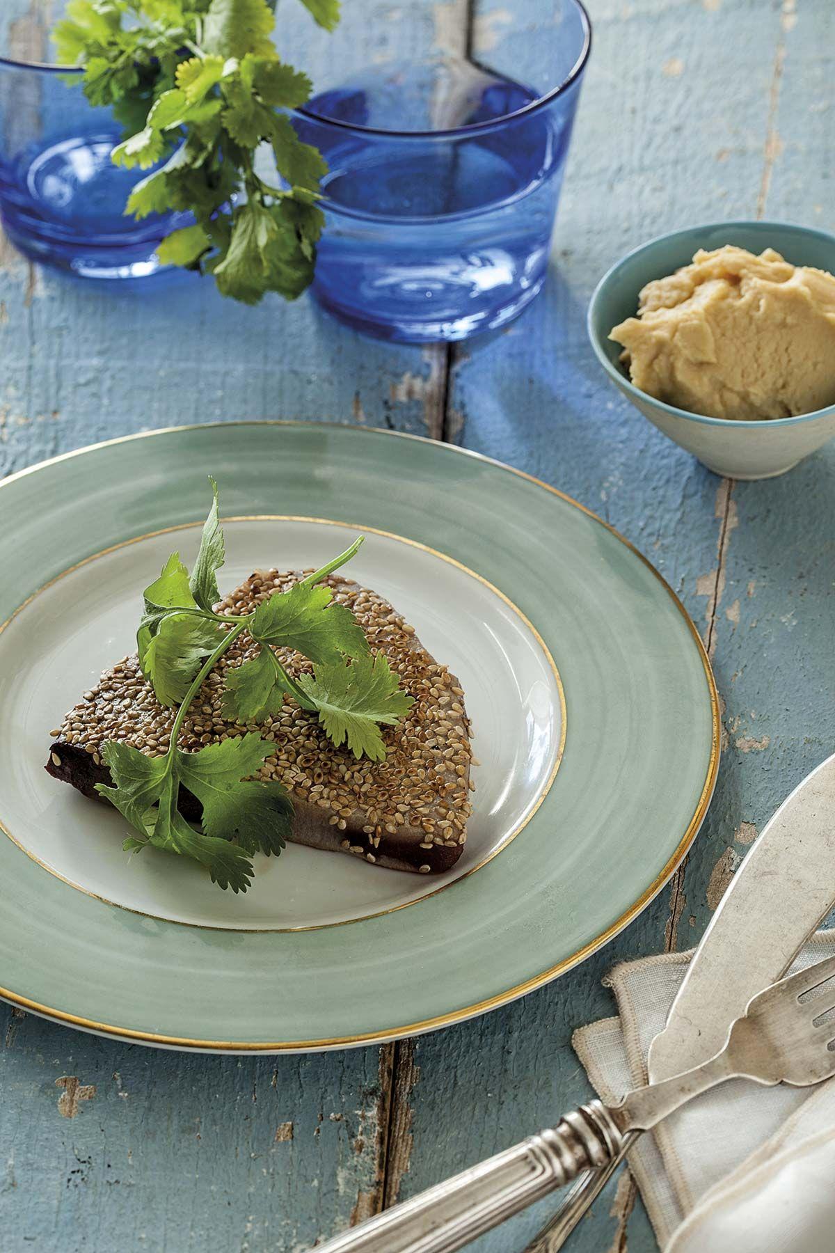Atún en salsa de soja a la plancha con hummus
