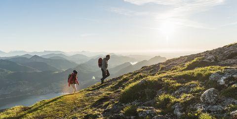 Austria, Salzkammergut, Couple hiking in the mountains