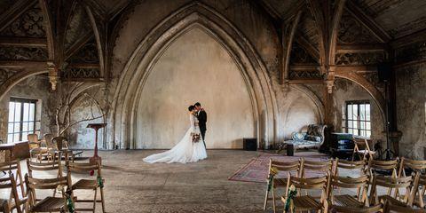 Bruid en bruidegom in een lege ruimte